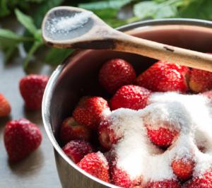 Después... Poné las frutillas en un bowl y agregales una cucharada de azúcar. Refrigeralas por unos 30 minutos antes de seguir con la receta.