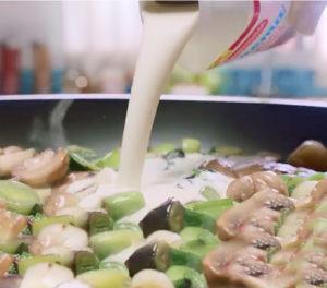 Después.... Agregá la mostaza que te sobró y ponele la Crema ideal para Cocinar La Serenísima, formando una mezcla que vas a usar en breve.