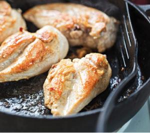 Por último. Cociná el pollo y sumale las verduras y hierbas frescas. Agregale a gusto la mezcla restante de crema de leche y mostaza.